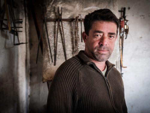 Afrim Sharku wird von HEKS und VoRAE bei seinem sebständigen Schmiedehandwerk unterstützt.