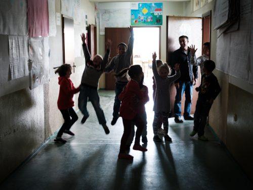 Bauer Gzim und seine Familie leben von der Schafzucht. Er verkauft die Lämmchen und behält die Mutterschafe für die Zucht. Seine Kinder nehmen alle am Förderprogramm von HEKS und VoRAE teil.